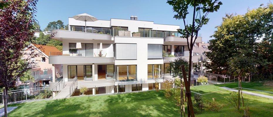 """Living Neustift - Jetzt einziehen: Im 19. Bezirk sind 6 hochwertige Eigentumswohnungen im Neubau """"Living Neustift"""" bezugsfertig. Zur Auswahl stehen anspruchsvolle 2- bis 4-Zimmer-Wohnungen mit 67,98 m² bis 138,04 m² Wohnfläche. Die Real VISION Estate GmbH hat die sofort bezugsfertigen Eigentumswohnungen in Döbling realisiert. Der historisch gewachsene Bezirk bezaubert mit romantischem Heurigen-Flair, verbunden mit beschaulicher Natur und hervorragender Infrastruktur. Die hochwertige, exquisite Ausstattung beinhaltet u. a. Eichen-Parkettböden in allen Wohn- und Schlafräumen sowie großformatige Feinsteinzeugplatten in den Sanitärbereichen, Vorzimmern und Abstellräumen. Ein modernes Detail stellt die High-End-Glasfaserverkabelung dar. Viel Tageslicht spenden die bodentiefen Fenster und Hebe-Schiebetüren mit barrierefreier Schwelle auf die großzügigen Terrassen, Balkone und Gärten. Den Komfort runden ein Kinderwagenabstellraum, Fahrradraum und ein Personenlift ab. Willkommen in Ihrem idealen Wohnort mit viel Lebensqualität im 19. Bezirk."""